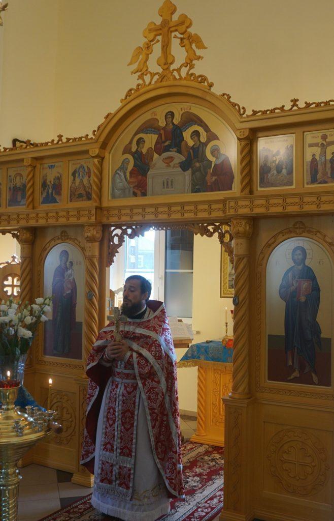 Священник читает проповедь